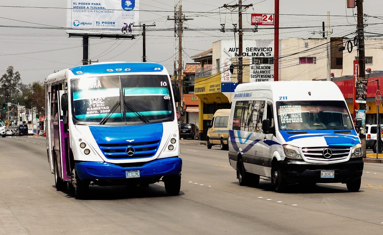 """Las """"minipeseras"""" tijuanenses, donde los transportistas juegan a ser dioses del tiempo y la velocidad"""