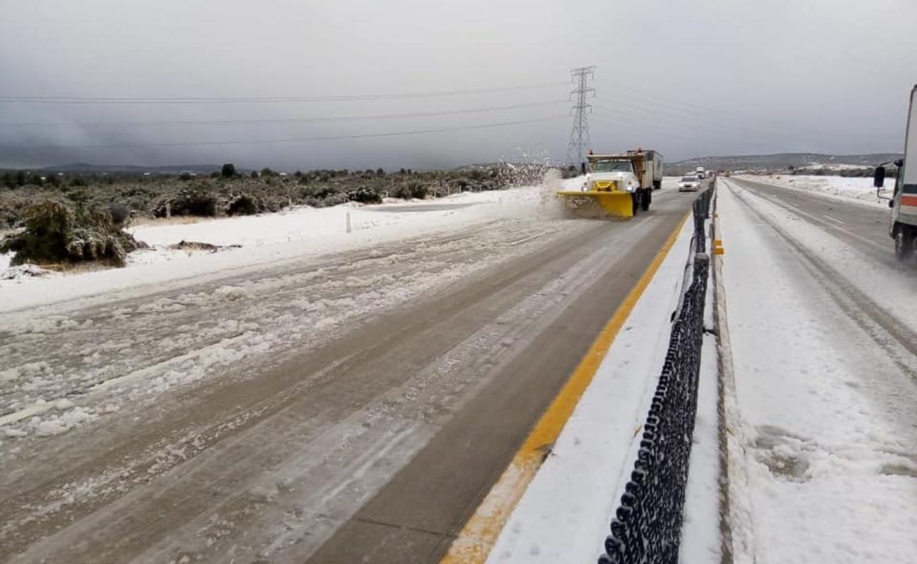 Cierran la autopista Tecate - La Rumorosa por caída de nieve