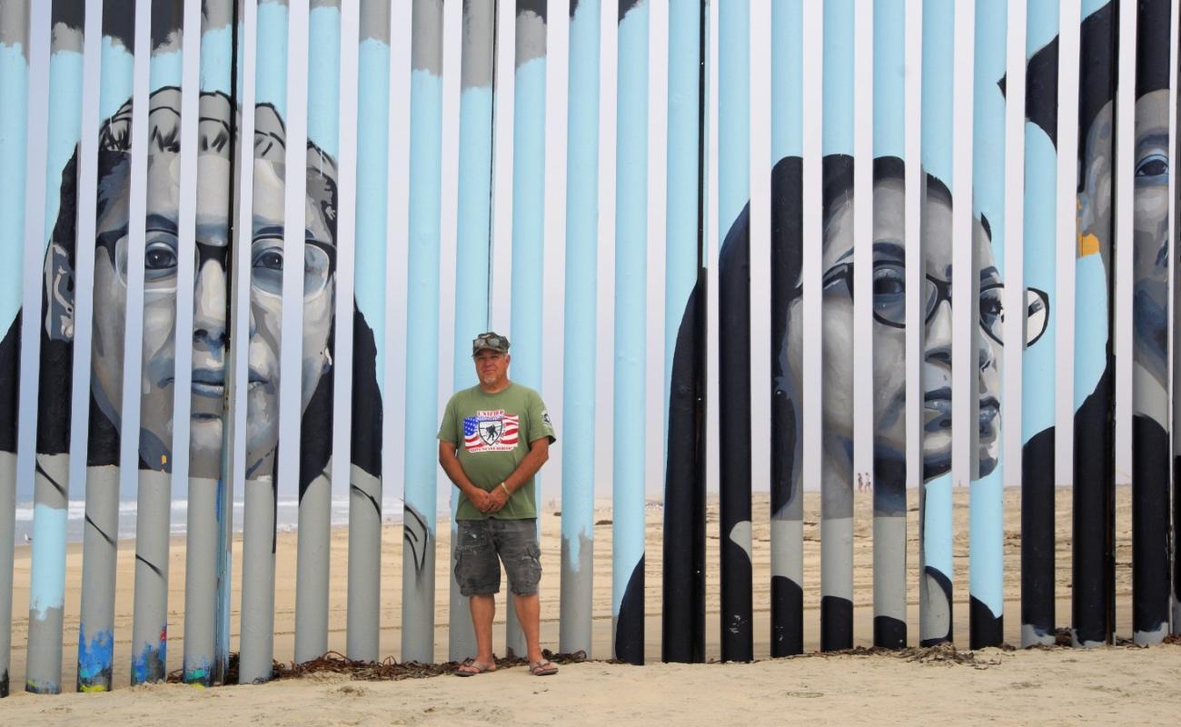"""Pintan mural en muro fronterizo para """"humanizar la deportación"""""""