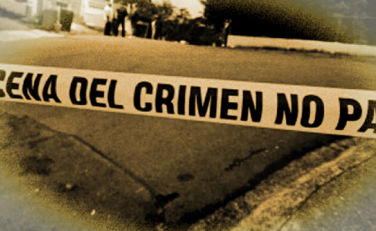 Abandonan cadáver y cabeza cercenada en camioneta y asesinan a cuatro hombres