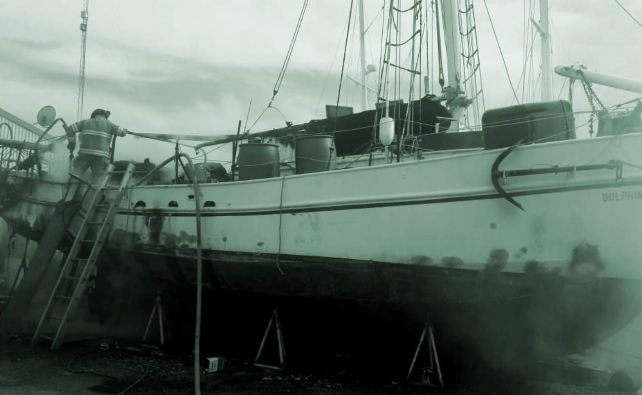 Se incendió embarcación en el puerto de Ensenada