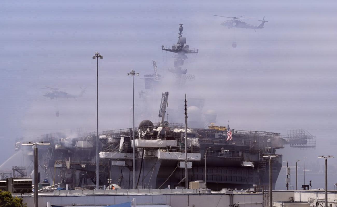 Siguen combatiendo incendio de buque naval en bahía de San Diego