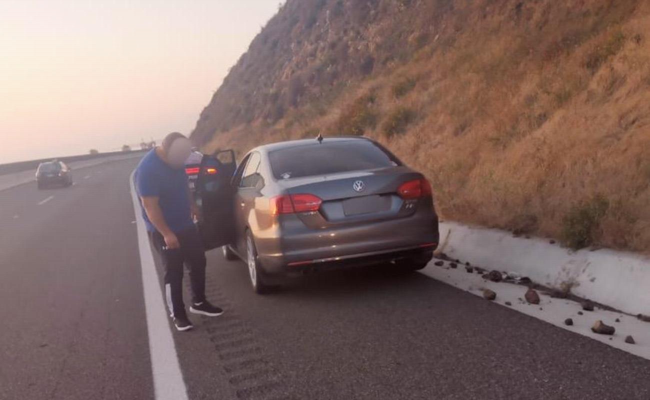 Hayan camioneta abandonada con dos ejecutados en la carretera escénica