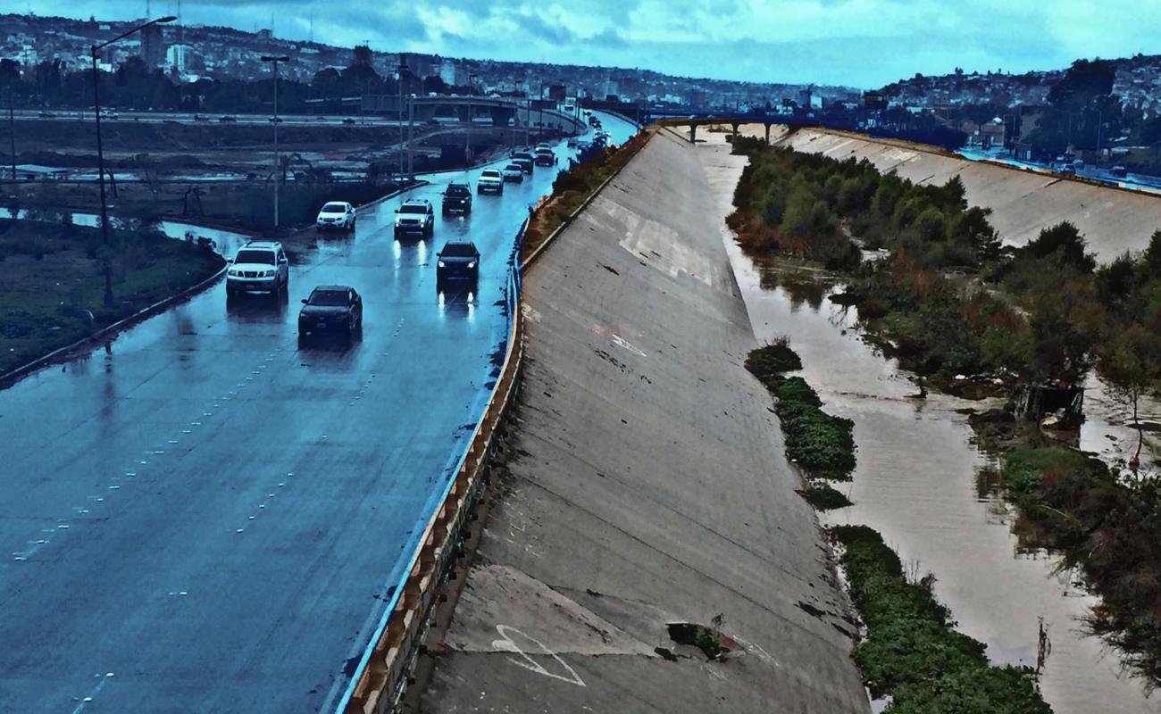Volcaduras, accidentes y cortos circuitos, entre emergencias atendidas por lluvias en Tijuana