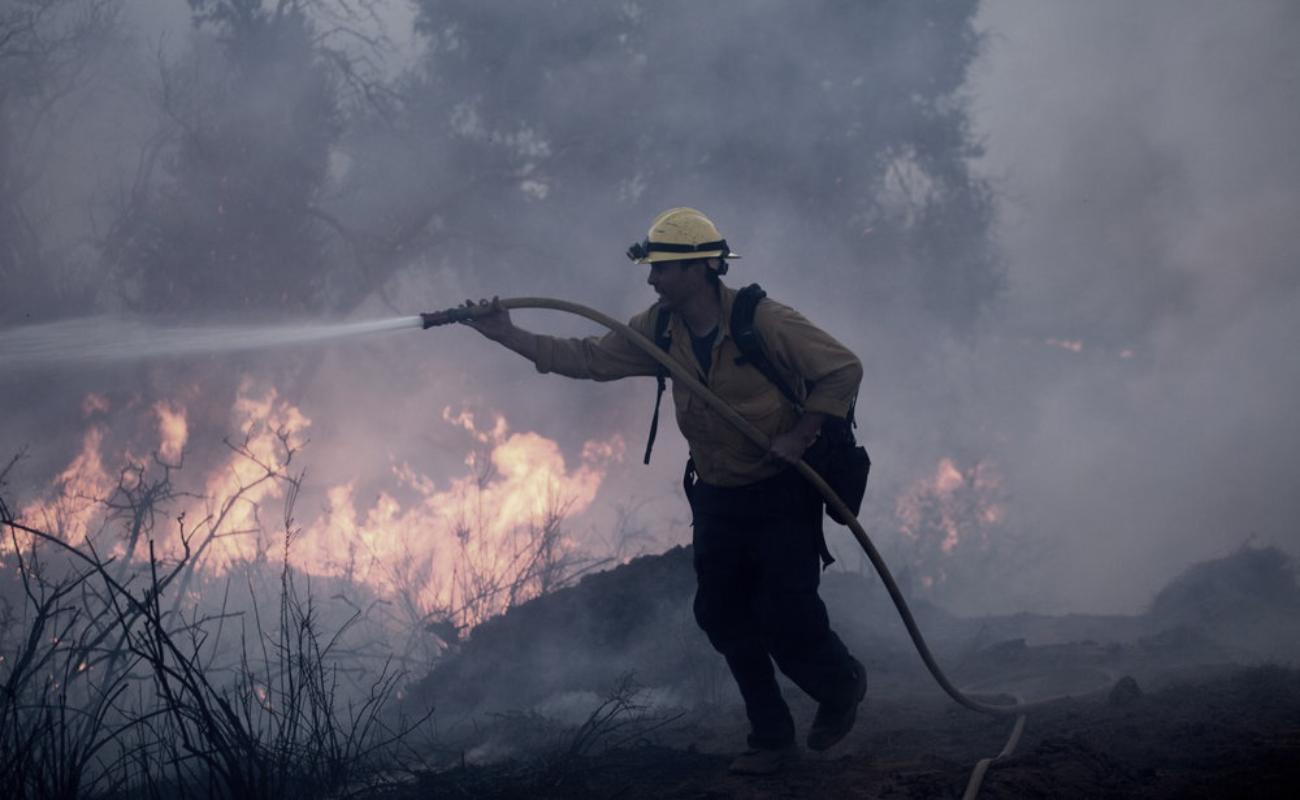 Combaten incendios forestales en Riverside