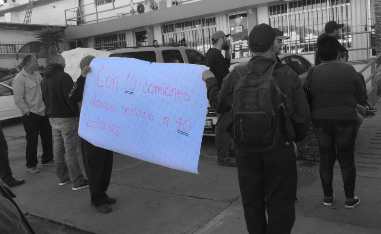 Trabajadores de limpia protestan por falta de equipo y desplazamiento