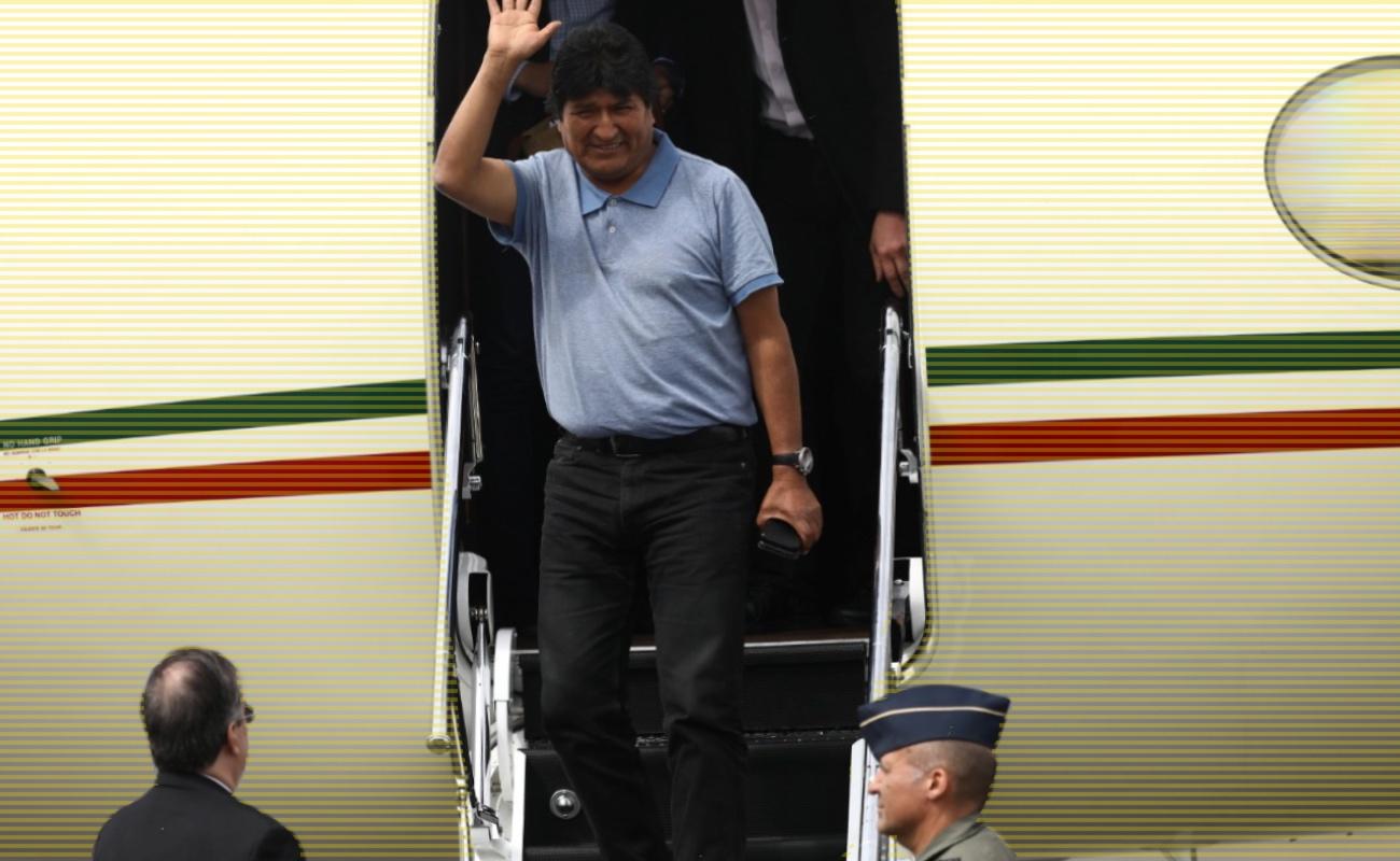 Recibe Ebrard a Evo Morales en el aeropuerto