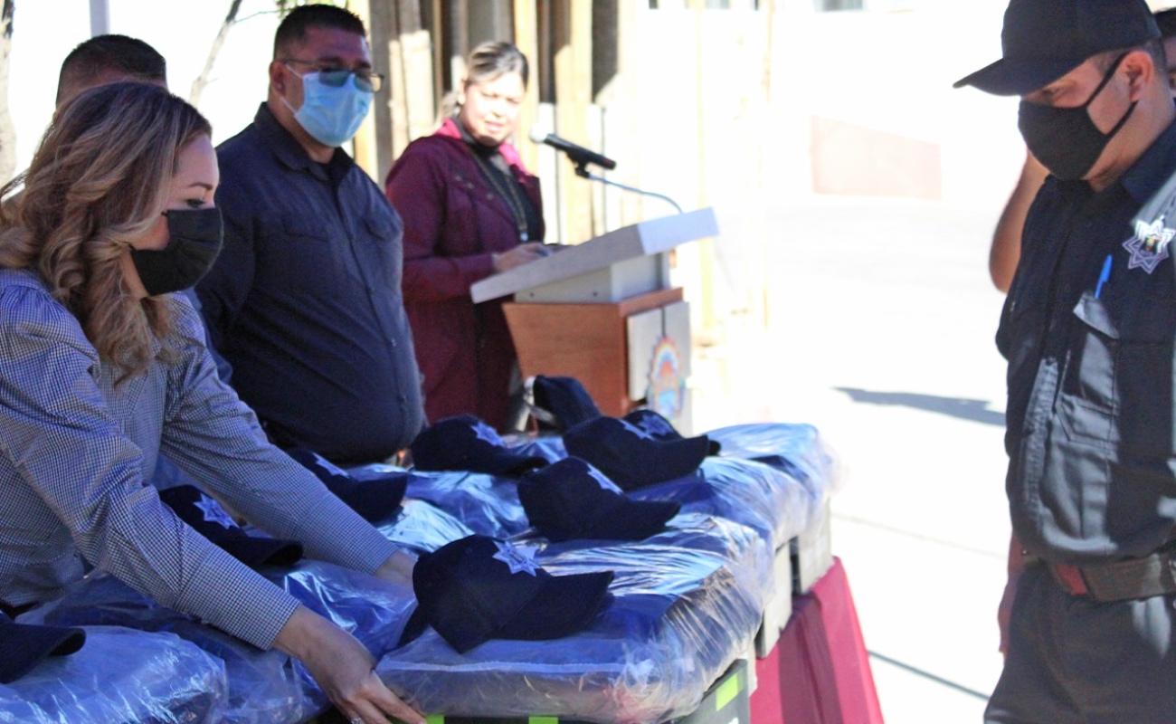 Entregan uniformes a la policía de Tecate