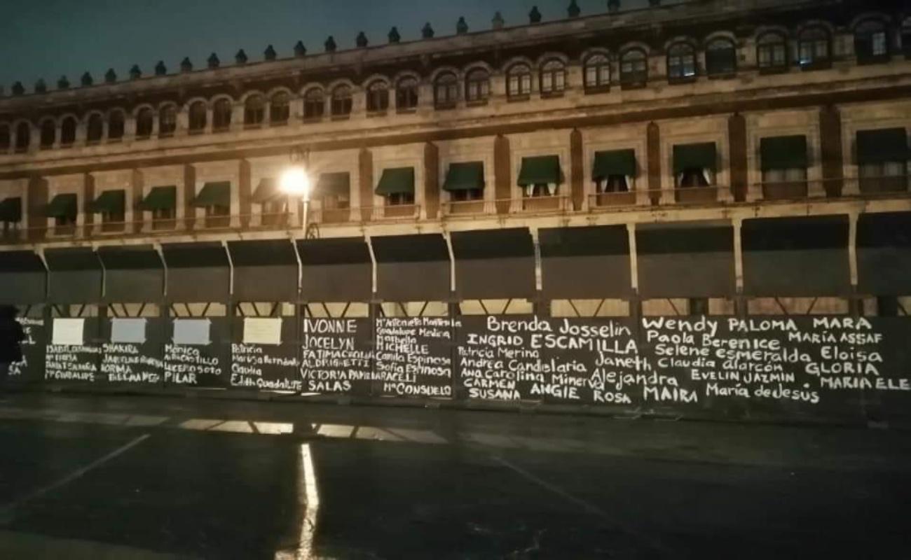 """Escriben nombres de víctimas de feminicidio en """"muro de paz"""" de Palacio Nacional"""