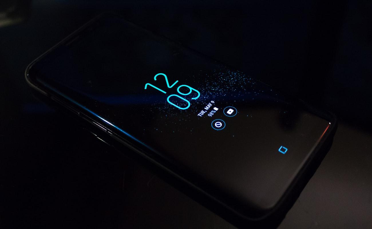 Recomiendan borrar aplicaciones e información sensible de móviles