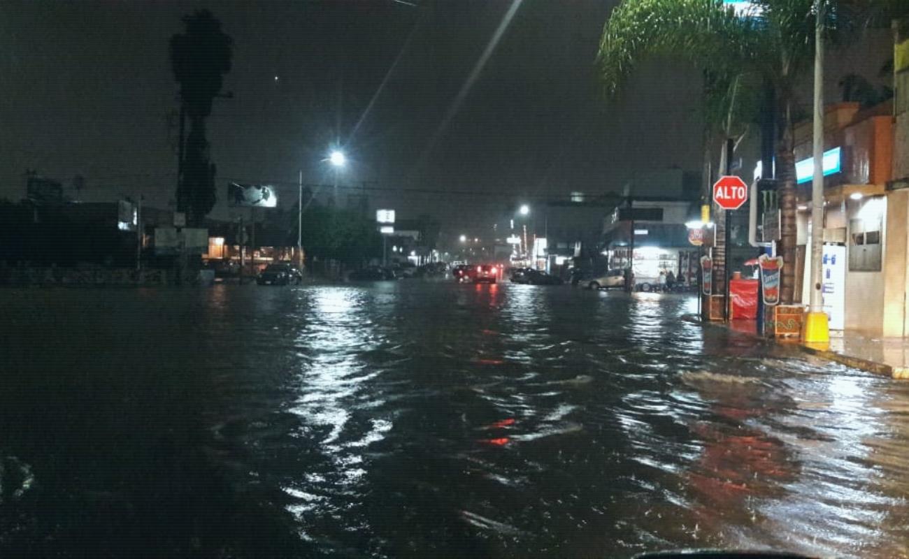 Cierran calles Segunda y Riveroll por lluvias; continuarán este miércoles