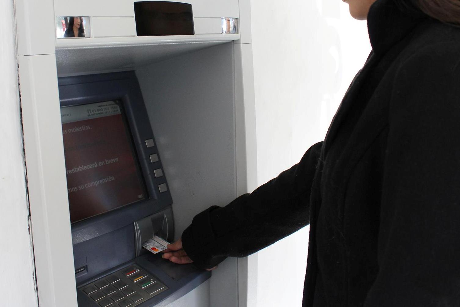 Exhortan a tomar medidas de precaución al retirar dinero en cajeros automáticos