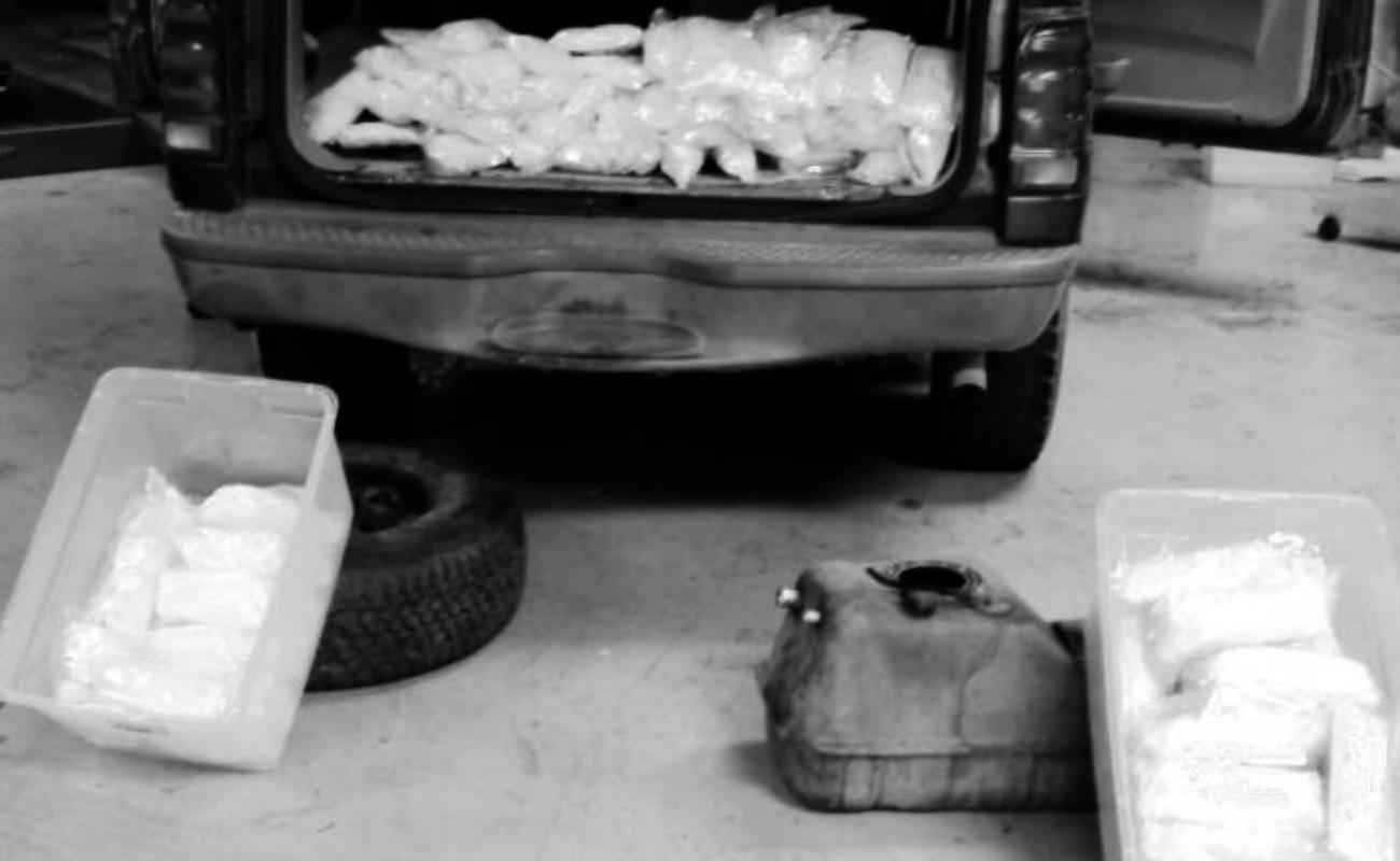 Norteamericano llevaba 96 paquetes de metanfetamina en su Explorer
