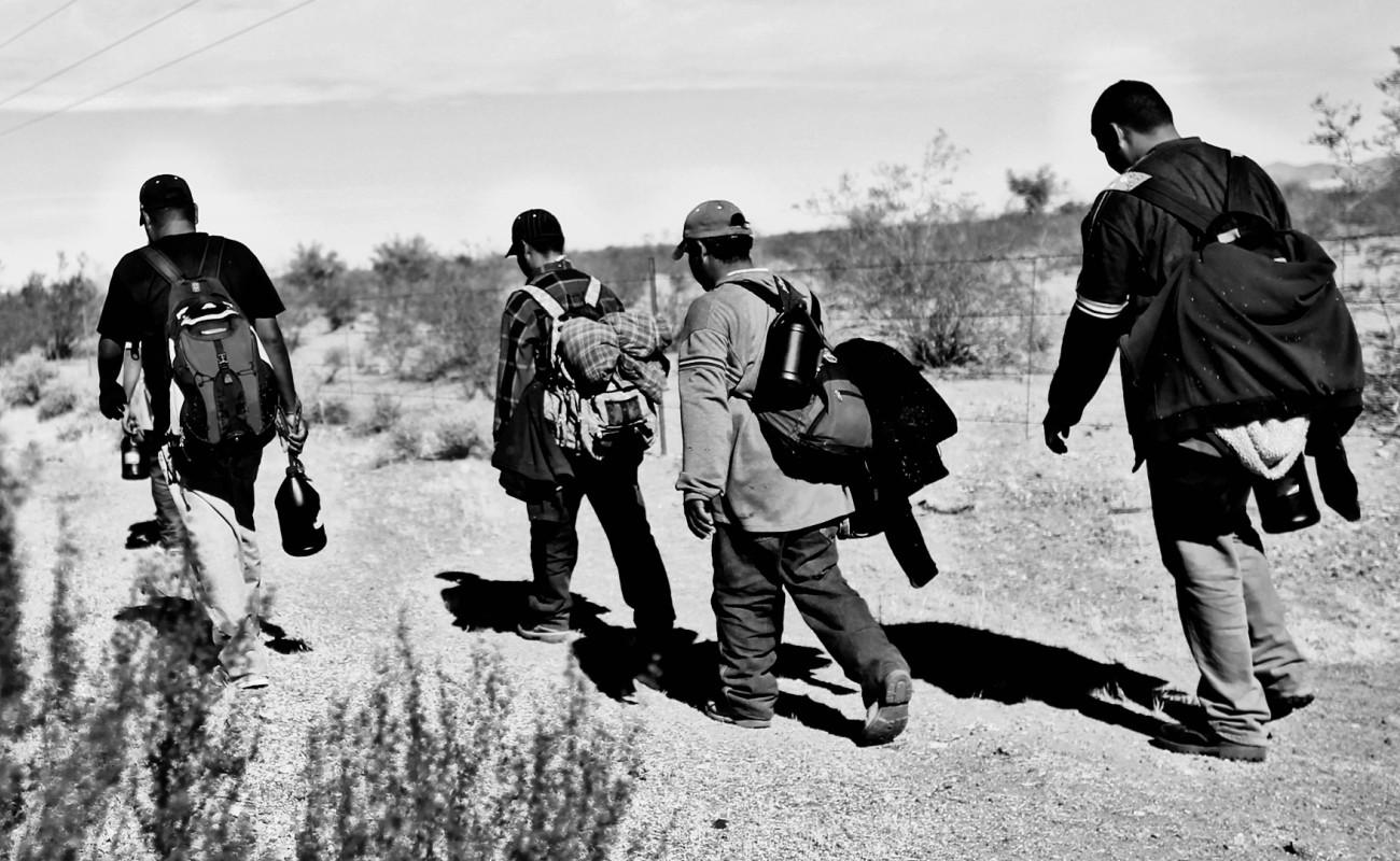 Detuvo EU a casi 400 migrantes que se deslizaron debajo del muro por Yuma