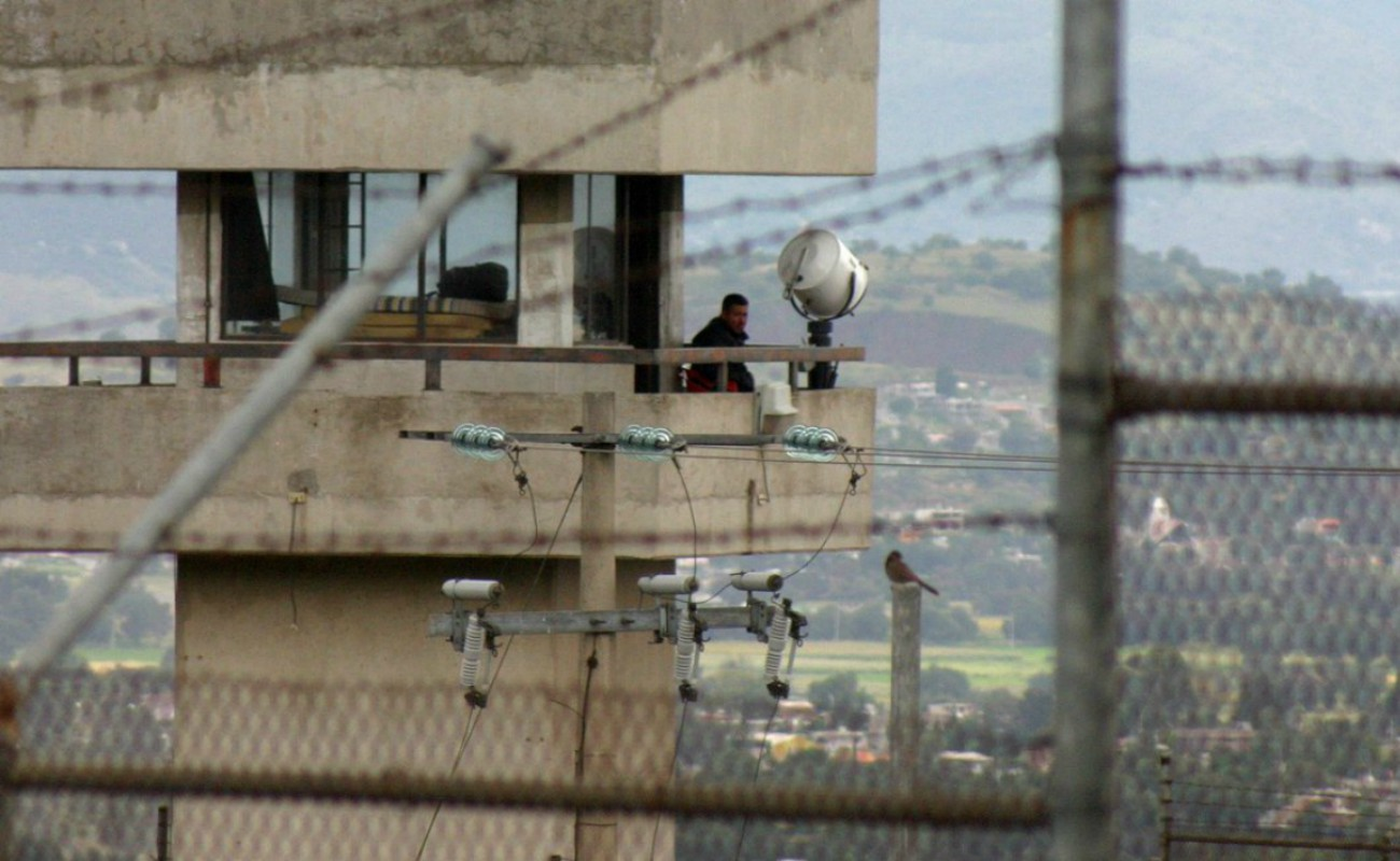 Se amotinan presos en penal del Estado de México
