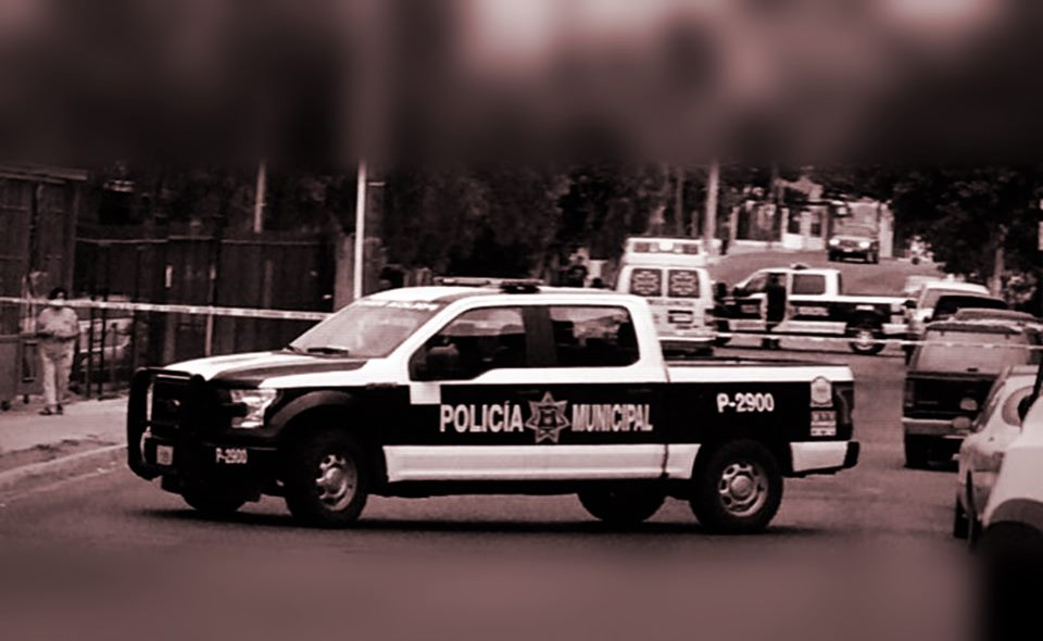 """Asesinan a tres jóvenes, a motociclista y abandonan cadáver """"encobijado"""""""