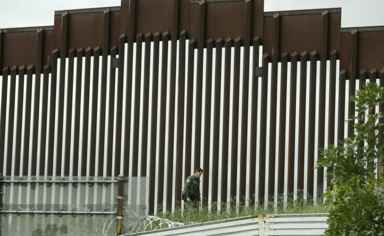 """Si no fuera por el muro, Estados Unidos estaría """"inundado"""" por el coronavirus: Trump"""