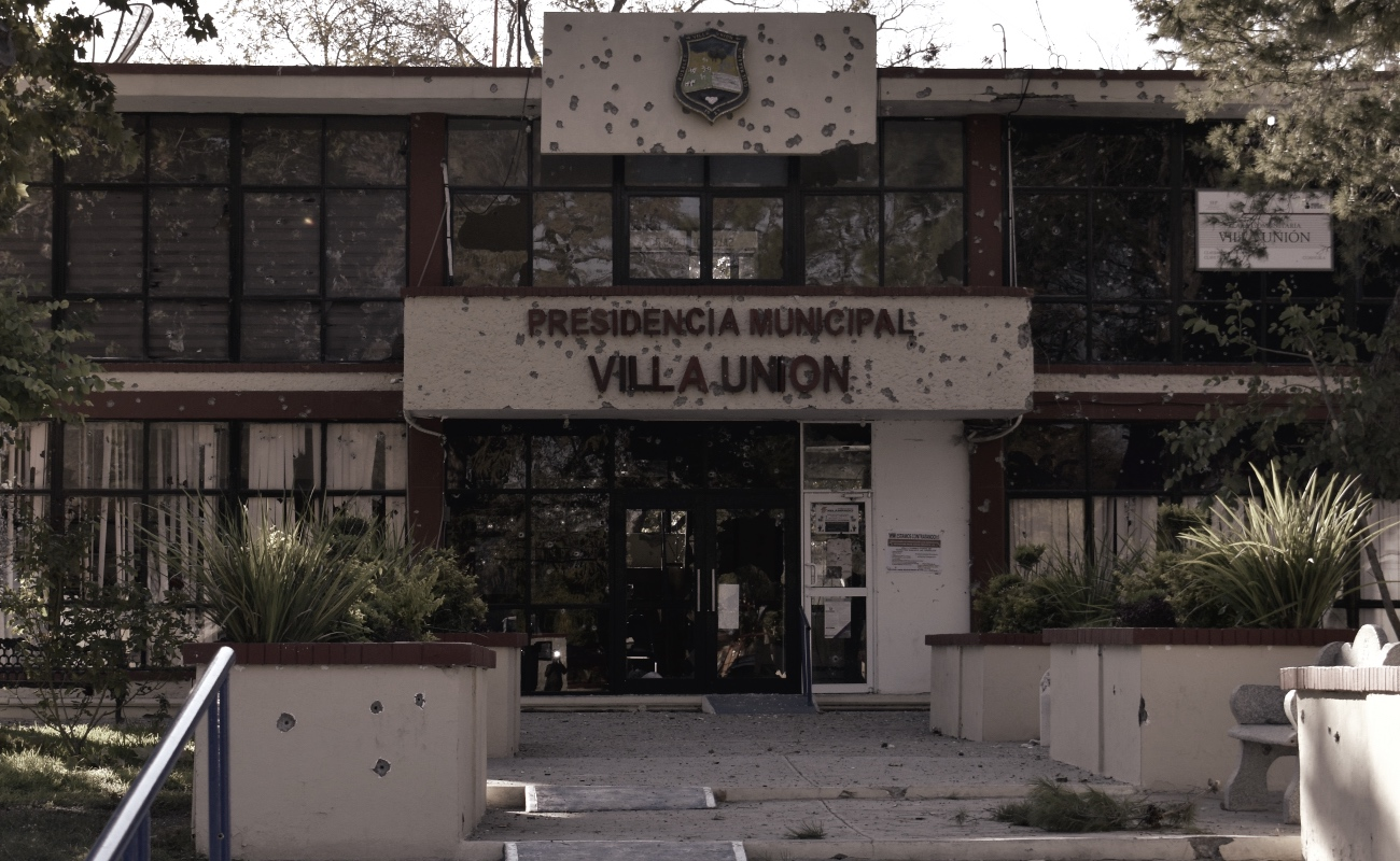 Mueren 10 narcotraficantes y 4 policías en ataque a presidencia de Villa Unión