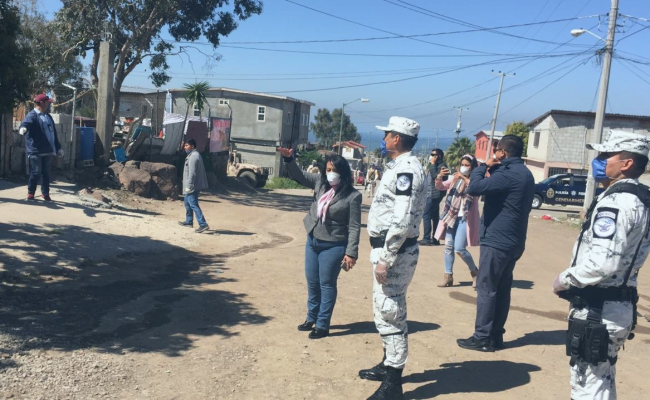 Entregan despensas a familias vulnerables en Rosarito