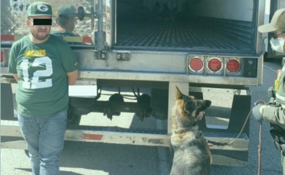 Patrulla Fronteriza detiene a trailero con 12 mexicanos en caja de remolque