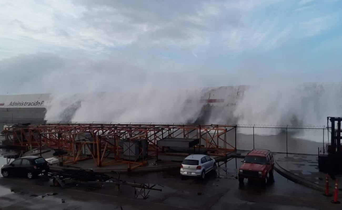 Fuerte oleaje inunda el Puerto de Ensenada y causa destrozos