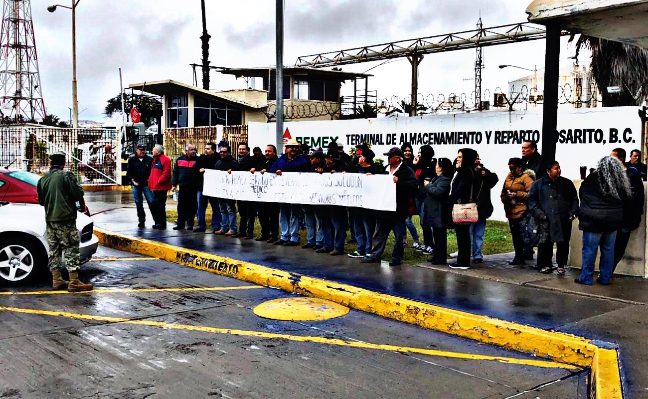 Protestan jubilados de PEMEX frente a planta en Playas de Rosarito