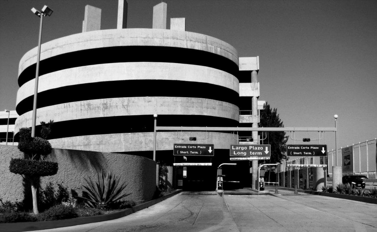 Hombre se avienta desde el 4to piso del estacionamiento del Aeropuerto de Tijuana