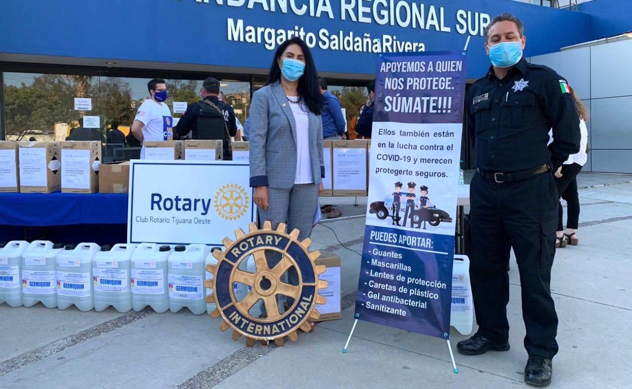 Entrega Club Rotario producto sanitizante para policías municipales
