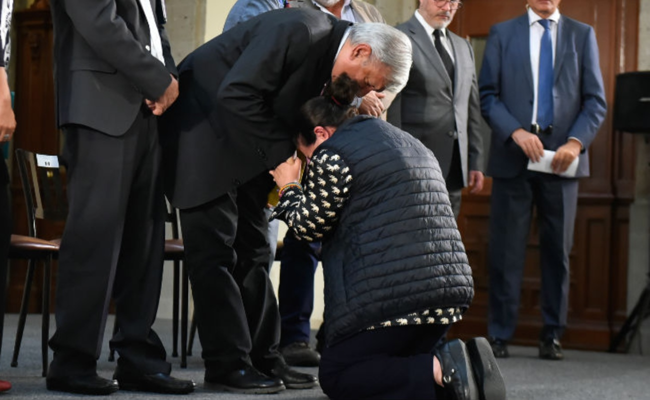 """Te lo voy a entregar"", palabras de López Obrador a madre que se hincó"