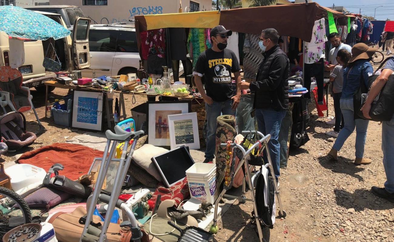 Desalojan puestos no esenciales de mercado sobreruedas en Rosarito