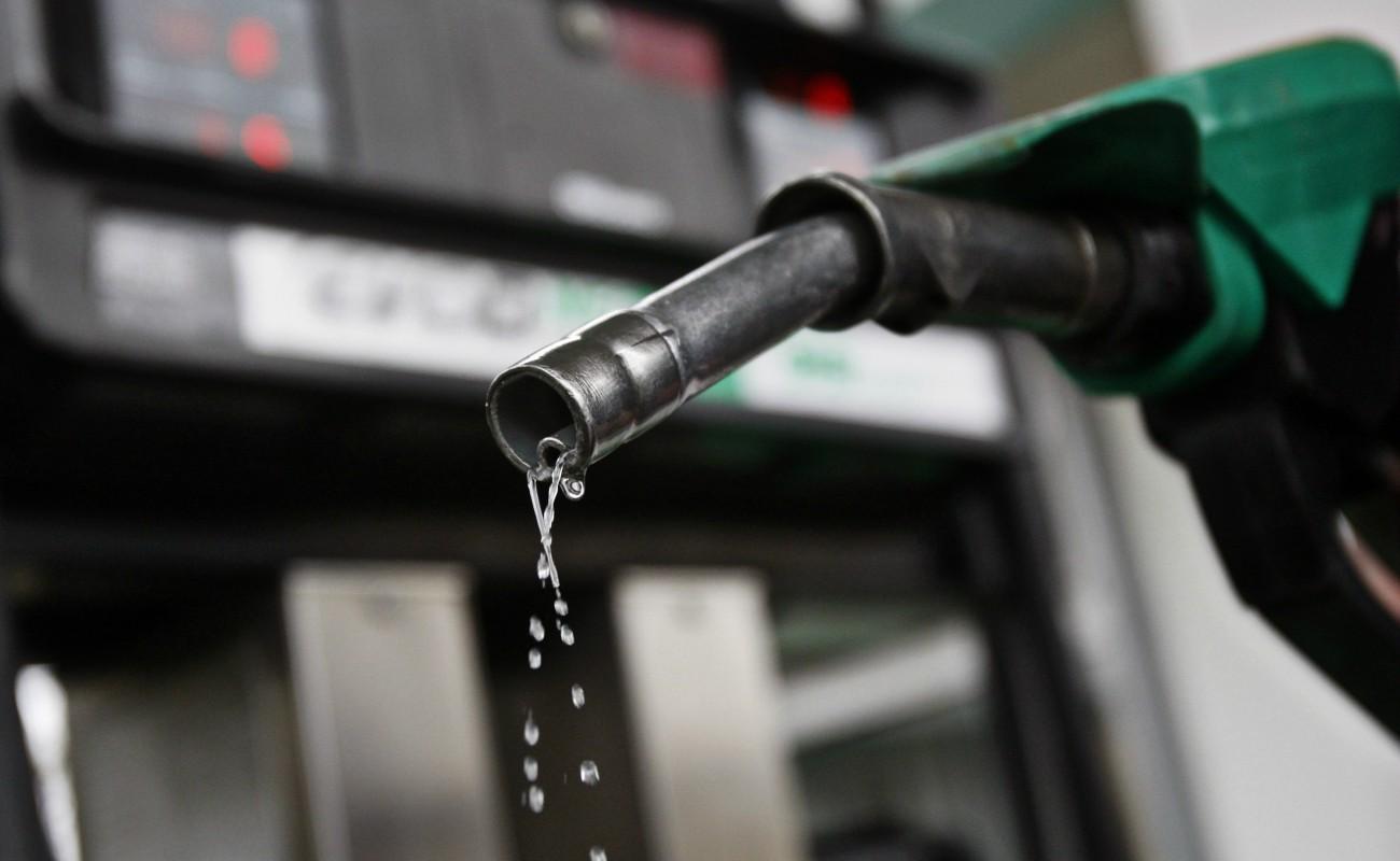 Gasolina no baja de precio por impuestos, señalan expertos