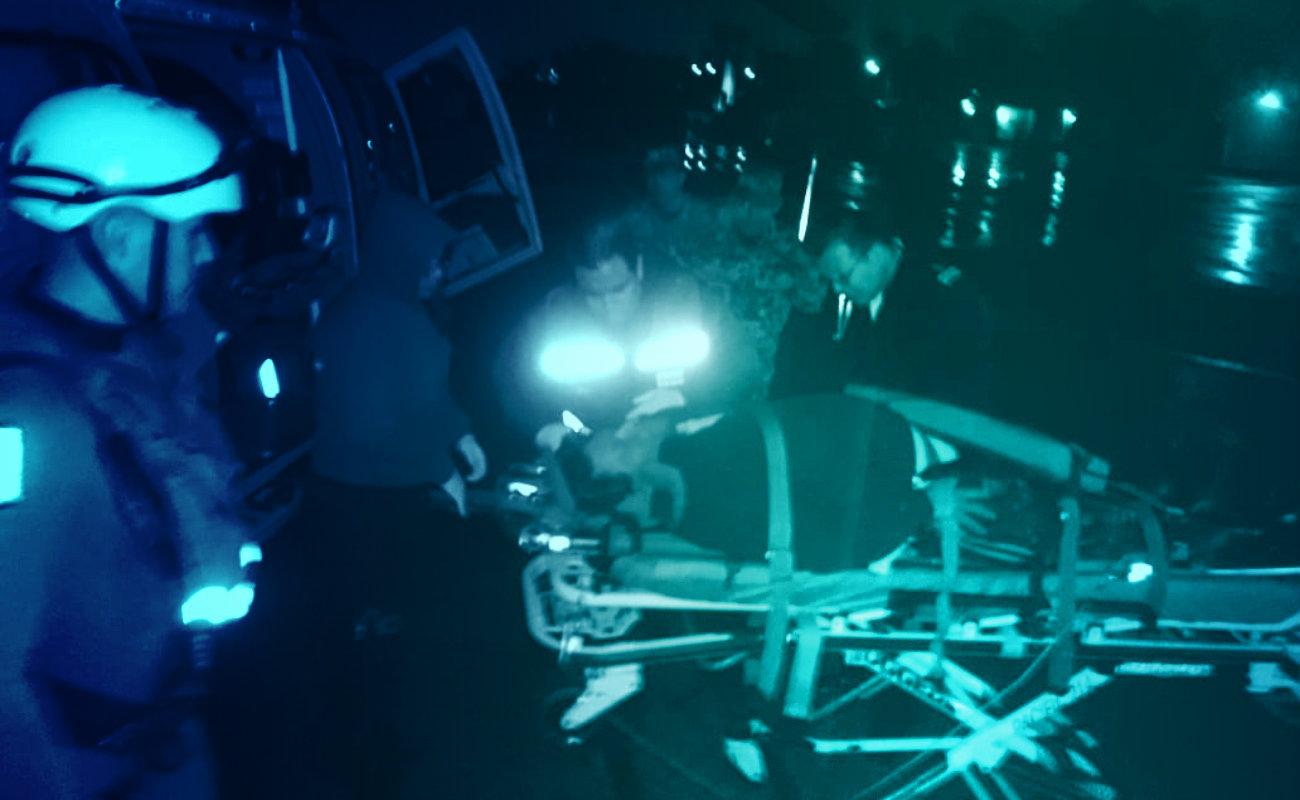 Rescatan en helicóptero a pescador fracturado por hielera de una tonelada
