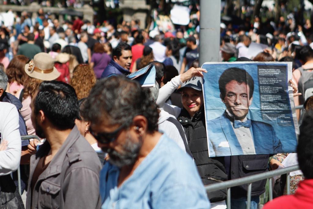 Miles le lloran a José José en Bellas Artes
