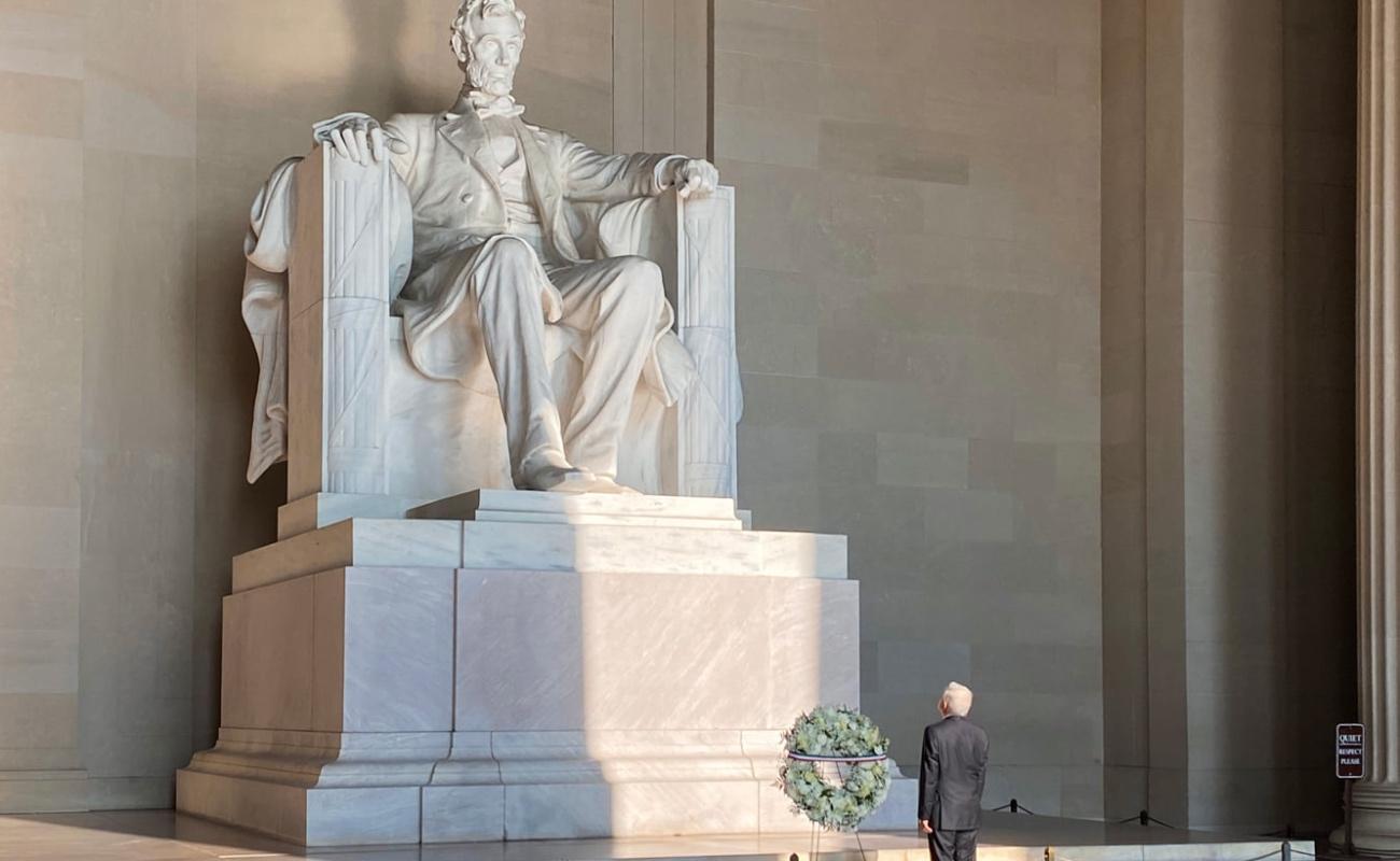López Obrador visita monumentos a Lincoln y Juárez en Washington