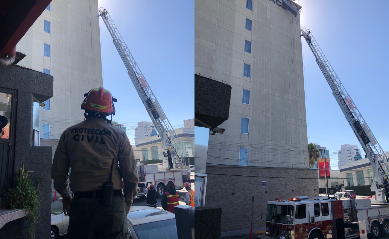 Rescatan Bomberos a dos trabajadores atrapados en andamio en el hotel Hyatt