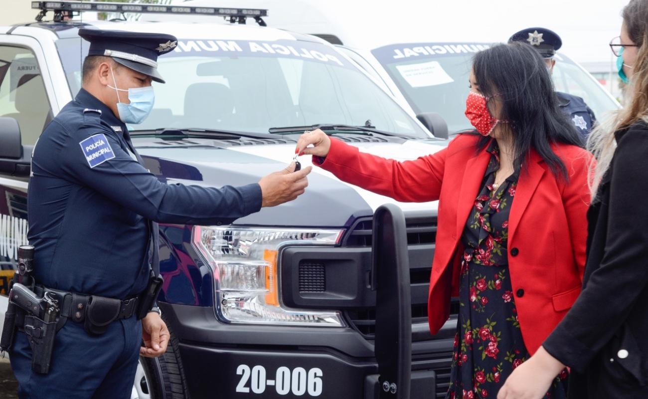 Entrega Aracely Brown 19 unidades patrulla a policía de Rosarito