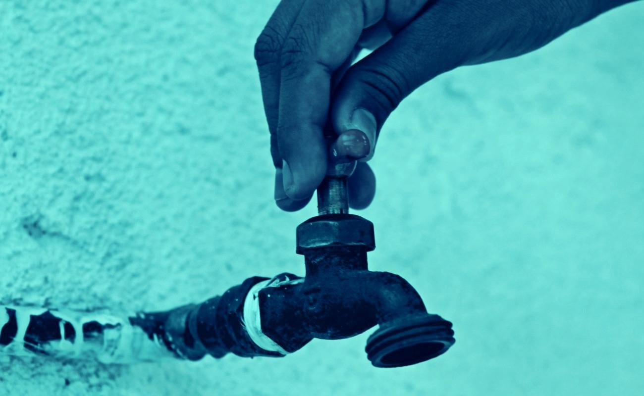 Fuga en acueducto deja sin agua varias colonias de Tijuana