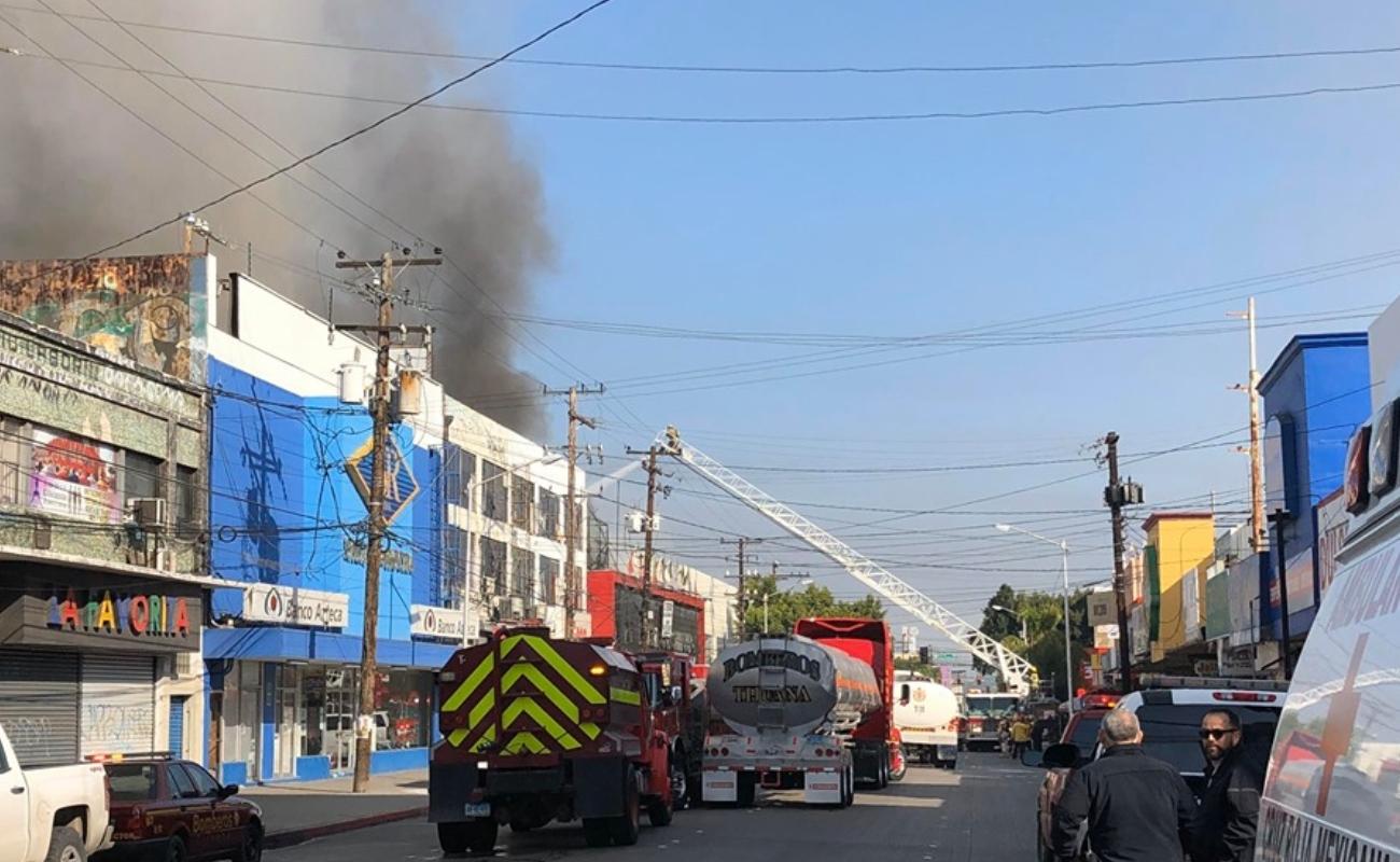 Incendio quema 90% de Plaza Constitución; bomberos lo contienen