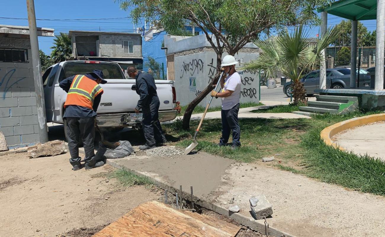 Realizan mantenimiento y limpia de parques municipales en Rosarito